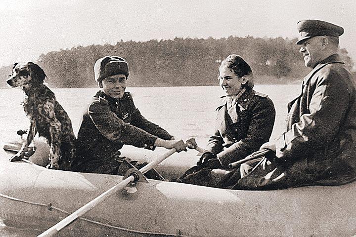 Апрель 1945 года. Накануне операции по штурму Берлина маршал Жуков отправился на водную прогулку. В лодке - трое, не считая собаки.