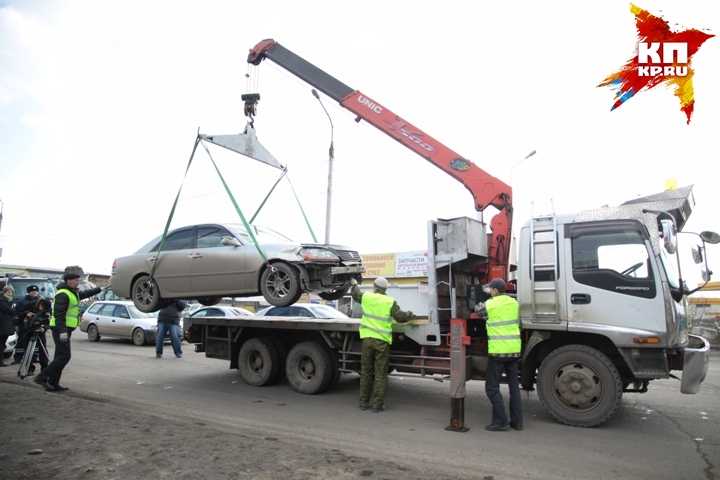Машина упала сэвакуатора вИркутске-II из-за порвавшейся стропы