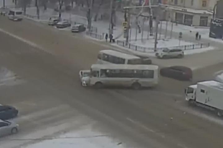 ВВоронеже появилось видео, как маршрутка таранит легковую машину