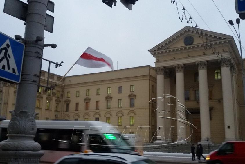 Активисты оппозиции вывесили бело-красно-белые флаги напроспекте Независимости вМинске