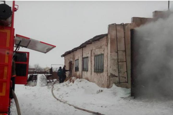 ВОмской области впожаре вгараже повреждено три автомобиля
