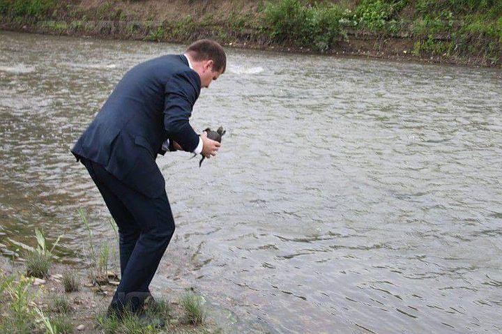 Попиарившись в СМИ, Валерий Мунтяну отпустил бедное пресмыкающееся в реку Реут