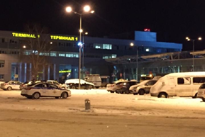 Шофёр  на«Ладе» гонял потерминалу аэропорта