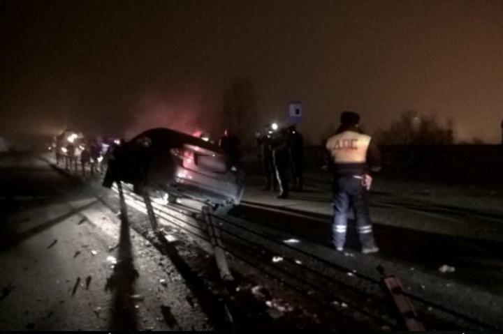 Нетрезвый шофёр иномарки после столкновения с грузовым автомобилем снес ограждение вРостове
