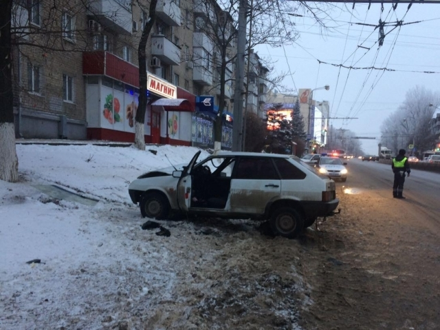 ВРостове «ВАЗ» врезался вдерево, пострадали три человека