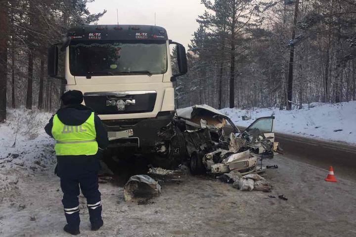 НаБайкальском тракте— 2-ое засутки смертельное ДТП. Тойота врезалась в фургон