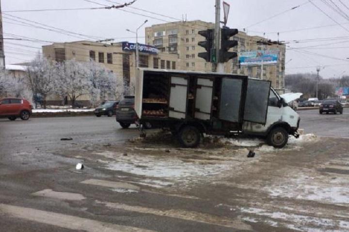 Наулице Доваторцев вСтаврополе столкнулись легковушка и фургон
