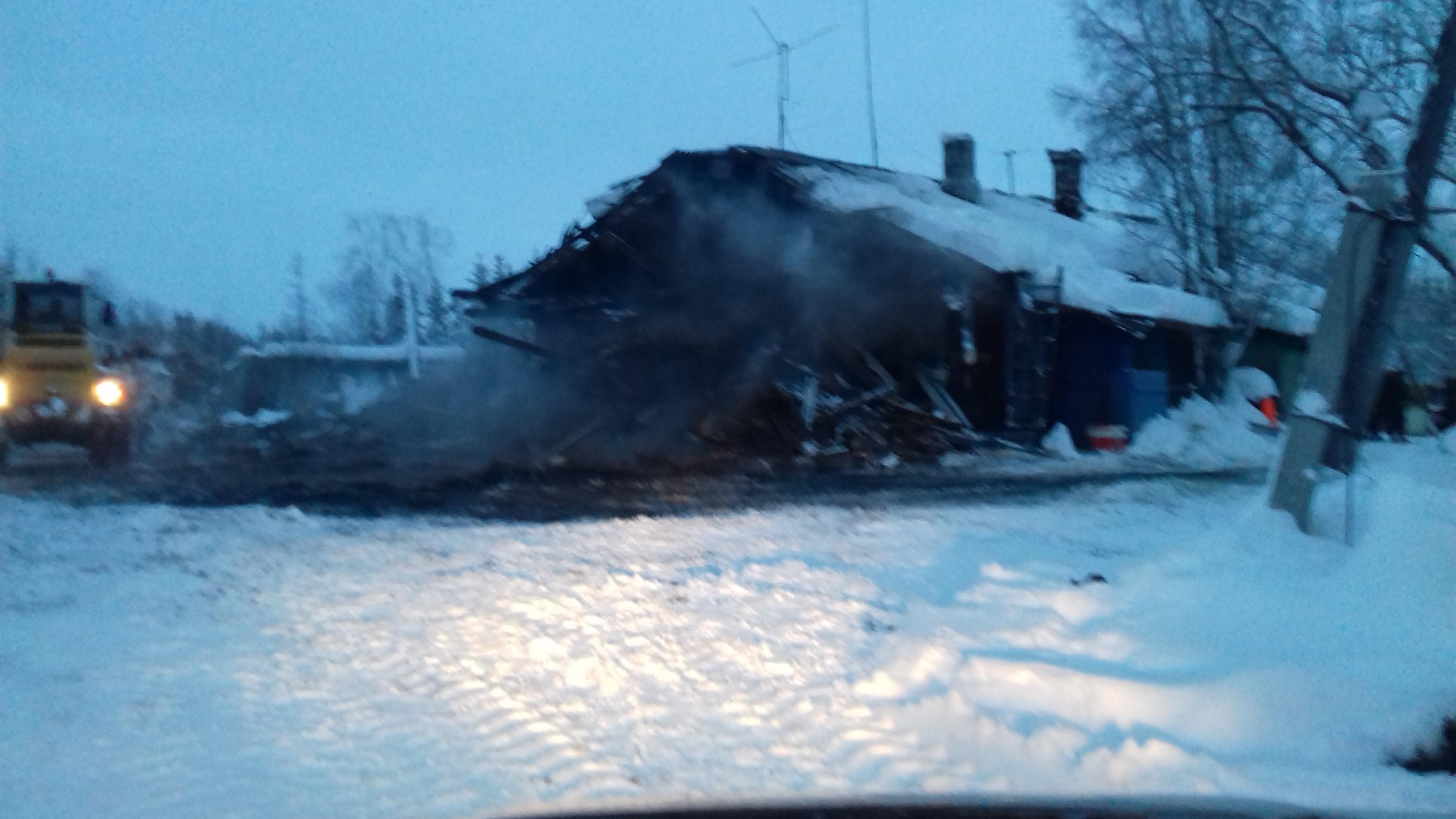 В поселке Сивомаскинском пожар повредил 2 квартиры. Фото МЧС Коми