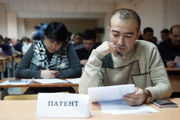 Мигранты сдают экзамен по русскому языку, истории России и основам трудового законодательства РФ