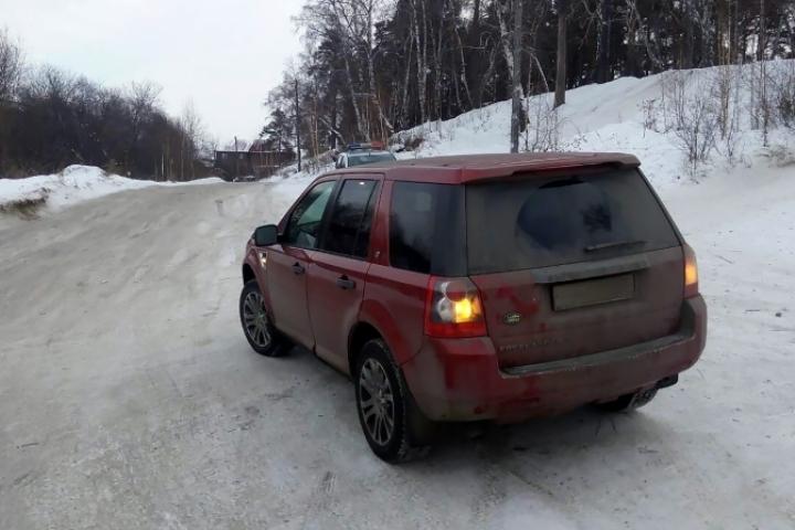Элитный внедорожник сбил 10-летнего ребенка, который катался с горки в Иркутске