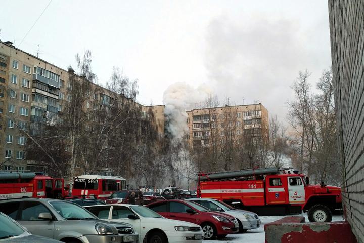 ВБарнауле около сорока человек тушили пожар вмногоэтажке