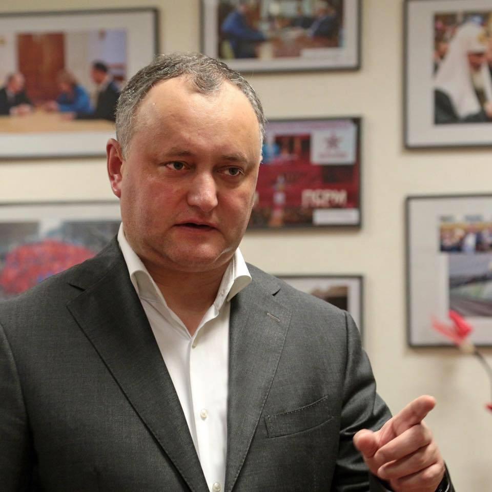 Игорь Додон возложил венок кМогиле Неизвестного бойца в столице