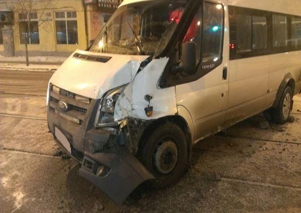 ВСамаре грузовая «ГАЗель» столкнулась смаршруткой, пострадала женщина