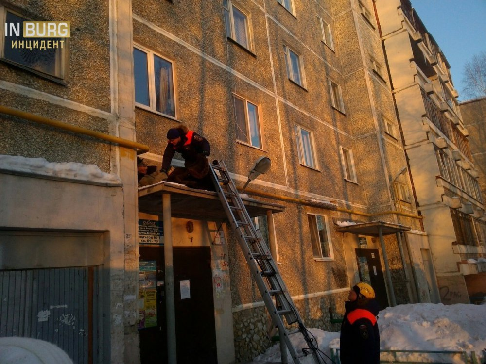 ВЕкатеринбурге 75-летний мужчина сорвался с4 этажа, спускаясь покабелю