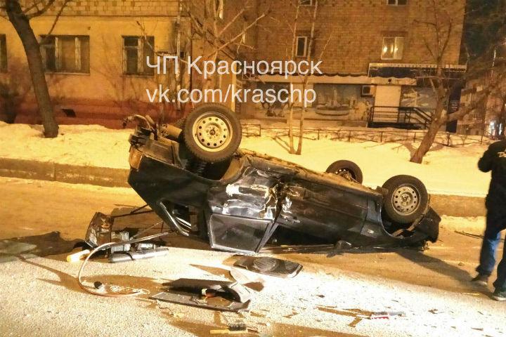 Вцентре Красноярска после ДТП перевернулась машина: пострадали три человека