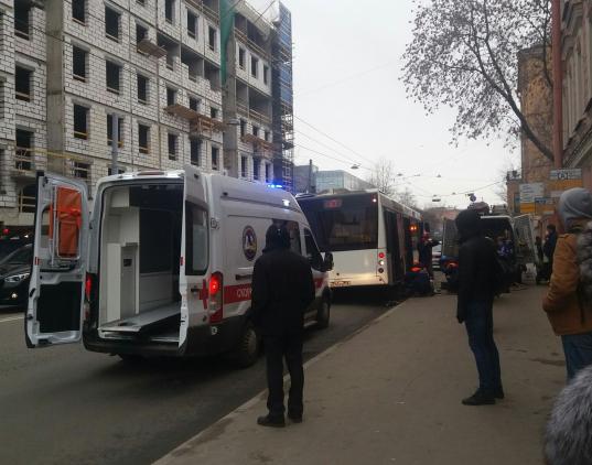 Старый мужчина попал под автобус наМалом проспекте