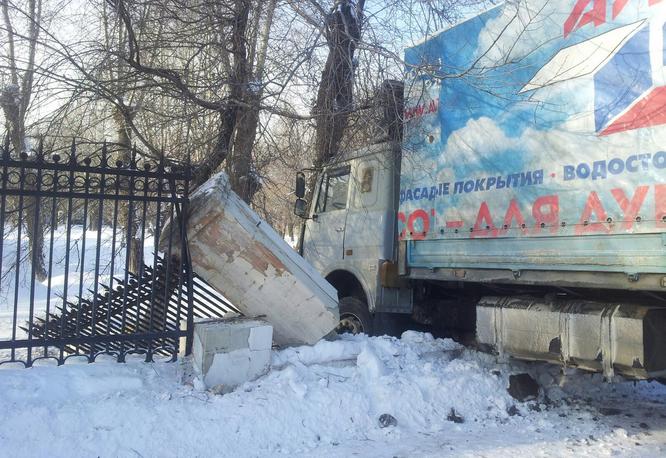 ВЧелябинске грузовой автомобиль снес забор утеатра ЧТЗ