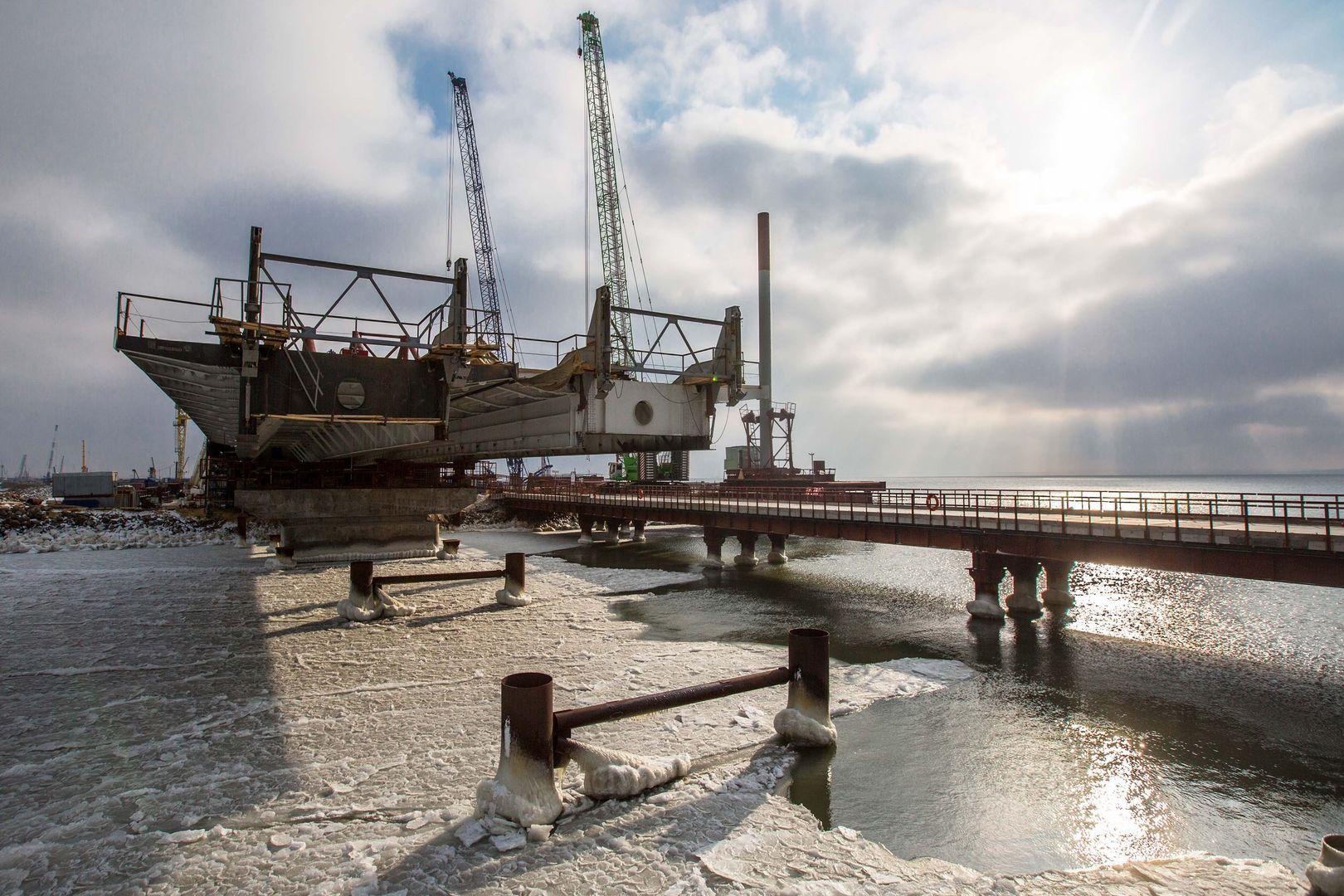 Стройка века: ледоход несмог помешать возведению Керченского моста