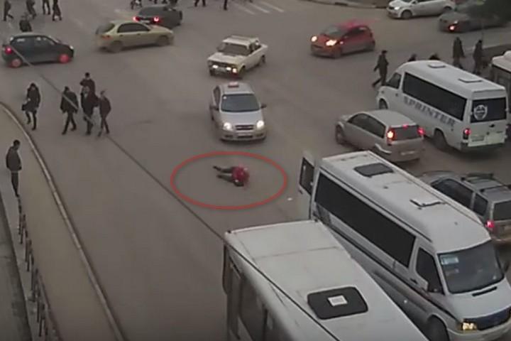 ВСевастополе измаршрутки надорогу выпала женщина