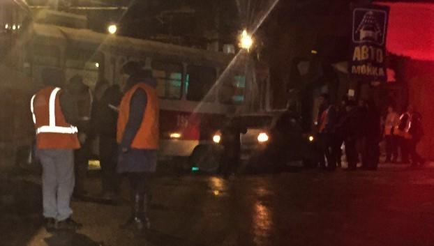 ВЯрославле сошедший срельсов из-за потопа трамвай попал навидео
