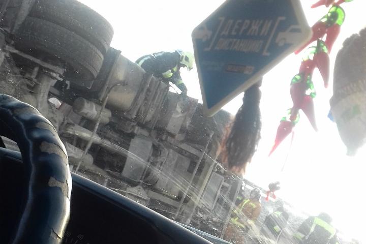 Насъезде сКАД кКолпино опрокинулась фура, пострадал шофёр