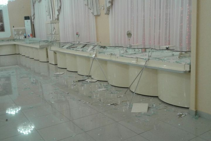 Дерзкие налетчики заминуту с маленьким обчистили ювелирный магазин воВладивостоке