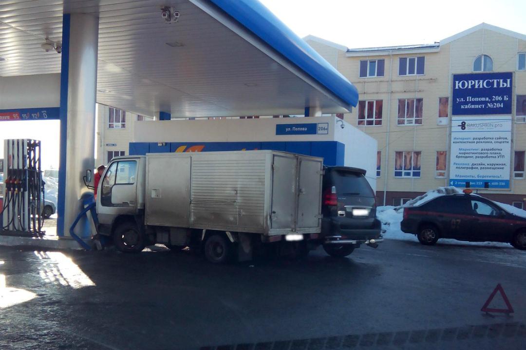 ВБарнауле наавтозаправке столкнулись грузовой автомобиль и иностранная машина