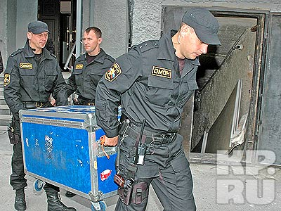 В тяжелом ящике омоновцы донесли кубок до броневика.фото Владимира АНДРЕЕВА.