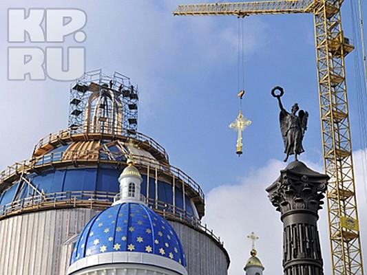 На свое место на куполе Свято-Троицкого Измайловского собора Петербурга вернулся девятиметровый позолоченный крест. Этого события в северной столице ждали долгие два года - с тех пор, как пожар в считанные минуты практически уничтожил своды одного из любимых петербуржцами храмов