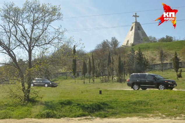 Кортеж из нескольких автомобилей покинул кладбища за считанные секунды. Фото: Анастасия МЕДЫНЦЕВА