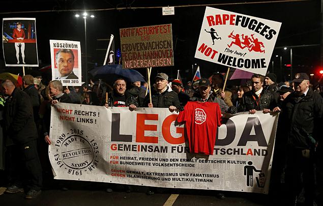 Полиция не хочет пускать никого из партии PEGIDA, это партия, которая выступает против исламизации Европы Фото: REUTERS