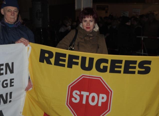 "Наш спецкор на фоне плаката ""Стоп беженцы"" Фото: Дарья АСЛАМОВА"