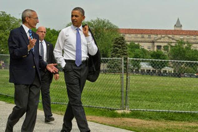 """Джон Подеста (слева) уговаривает Обаму """"разобраться"""" с пришельцами."""