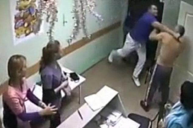 """""""Хирург"""" оборачивается, бросается на пациента, и двумя точными ударами в голову """"нокаутирует"""" его Фото: скриншот видео"""