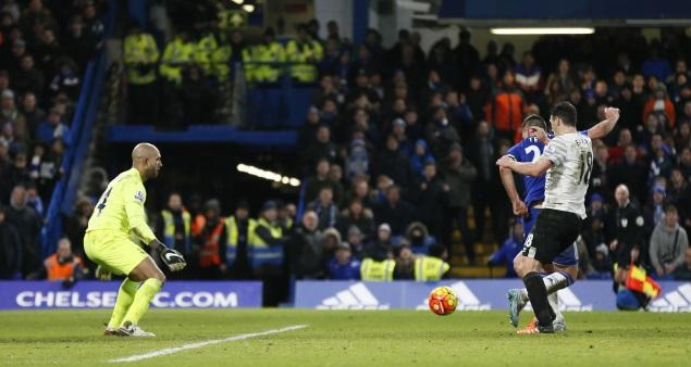 """За секунду до удара Джон Терри смог вывернуть пятку так, чтобы забить гол в ворота """"Эвертона"""". Фото: REUTERS"""