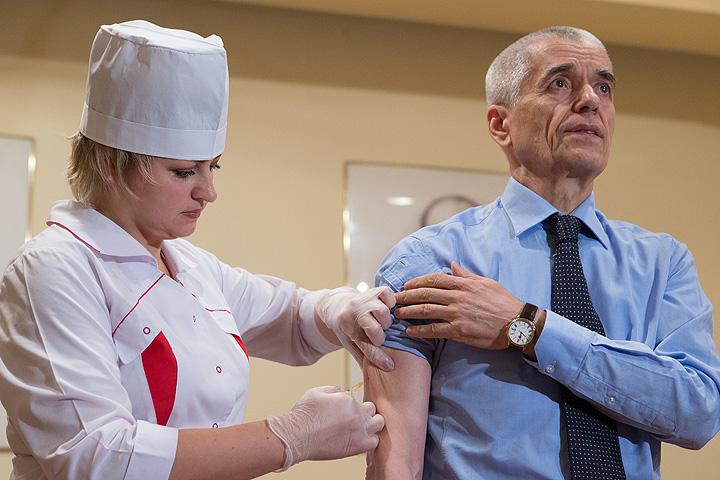 Онищенко личным примером пропагандирует прививку от гриппа. Фото: РИА Новости