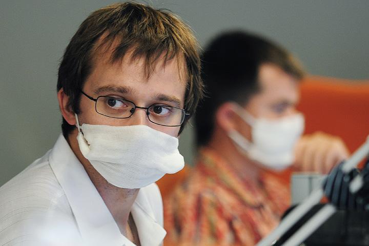 Марлевая повязка поможет защитить вас, если велика вероятность подхватить болезнь от окружающих. Фото: РИА Новости