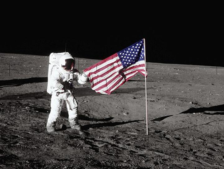 Американцы уверяют, что оставили на Луне 6 флагов. Скептики полагают, что их вообще там не было.