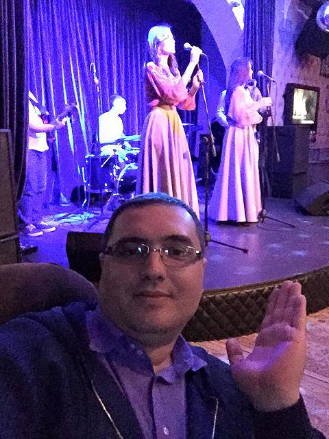 Селфи политика во время концерта в ночном клубе. Фото: Личная страничка героя публикации в соцсети