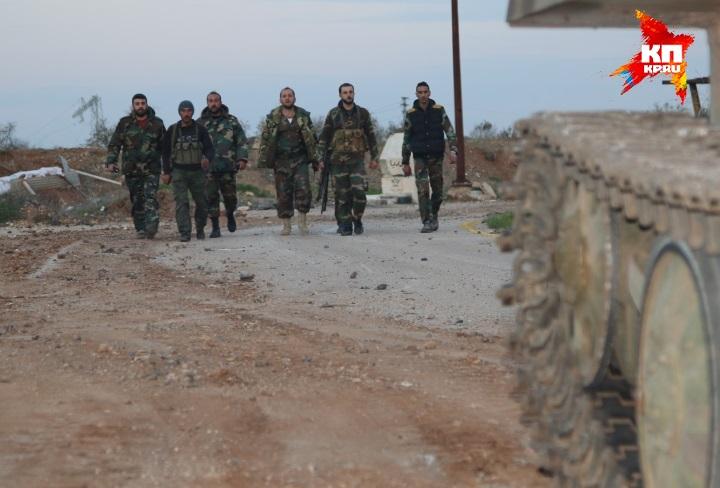 Сирийские штабные офицеры, говорящие неплохо по-русски, теперь комментируют происходящее с каким-то радостным азартом Фото: Александр КОЦ, Дмитрий СТЕШИН