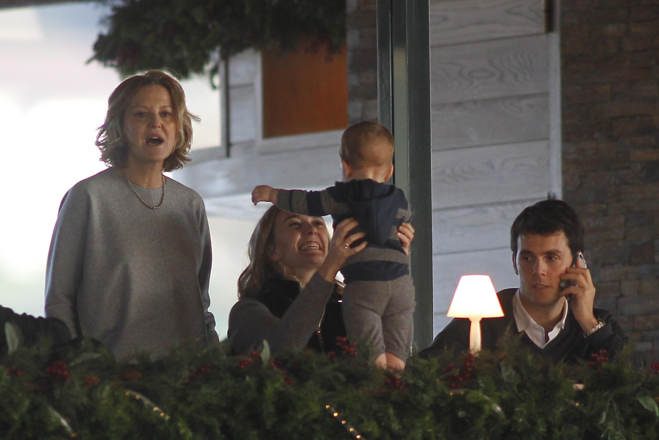 Флора Перес Маркотe проводит много времени с детьми мужа от первого брака. Фото: SPLASH NEWS