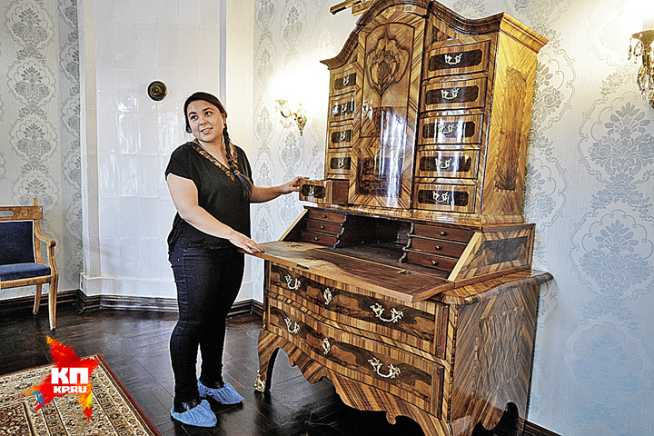 Архитектор Альбина Хайруллина: - Вся мебель антикварная. Фото: Михаил ФРОЛОВ