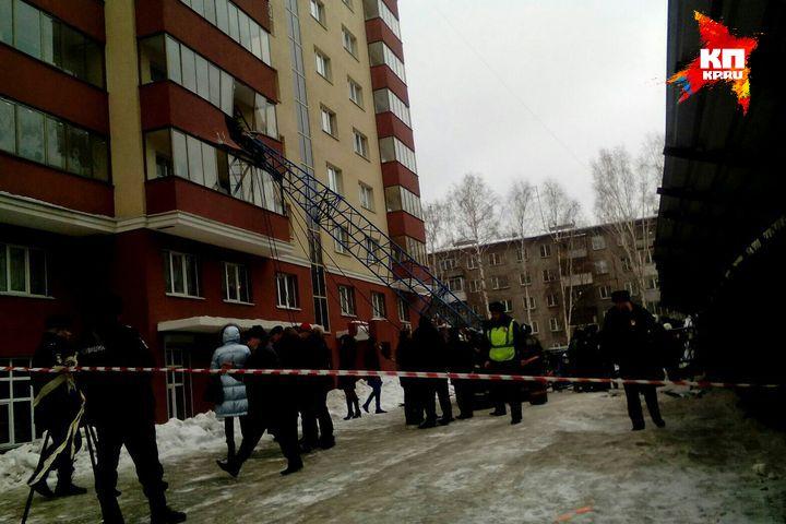 Стрела крана разрушила два балкона и придавила иномарку  Toyota Mark II. Фото: Катерина КОМЯКОВА