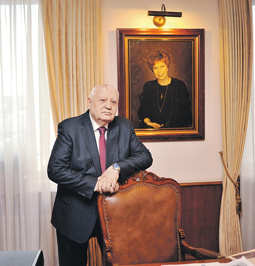 Михаил Сергеевич в своем рабочем  кабинете. И с портретом самого дорогого для него человека. Фото: Виктор ГУСЕЙНОВ