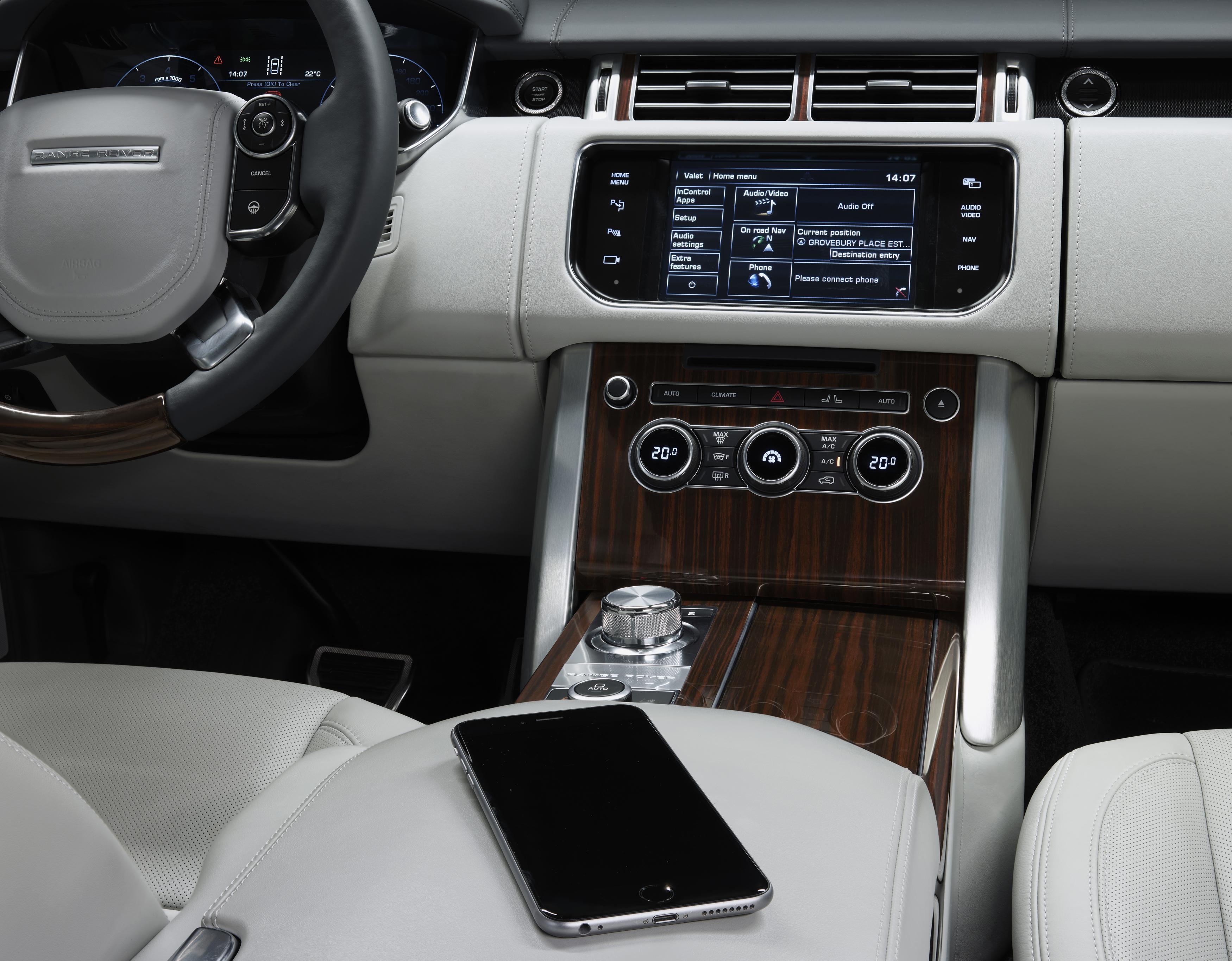 Исследования Land Rover выявили, что проверка почты – это вторая по популярности деловая активность в автомобиле (39%), после которой следует решение экстренных задач (34%).  Фото: Land Rover