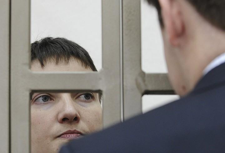 Савченко общается с адвокатами. Фото: REUTERS