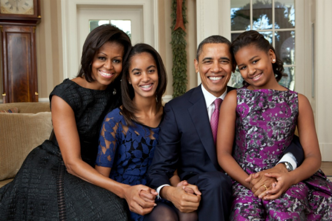 Обама отметил, что у его дочек есть «высокая потрясающая мама с формами, которые ценит отец». Фото: SPLASH NEWS