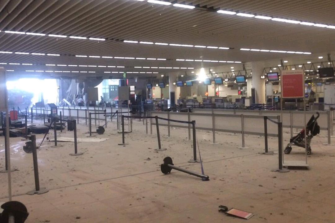 Фото последствий взрыва в зале вылета аэропорта Завентем. Фото: Твиттер @FDuboccage