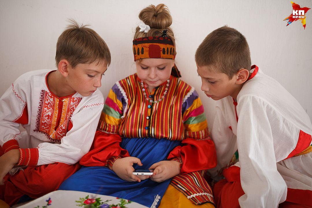 Современные дети всегда с гаджетами Фото: Дмитрий АХМАДУЛЛИН