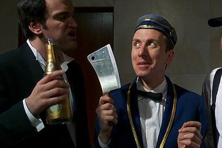 """Актер Тим Рот в черной комедии """"Четыре комнаты"""" исполнил роль портье."""
